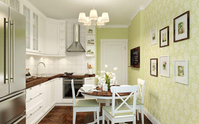Традиционный дизайн кухни с светло-зелеными обоями