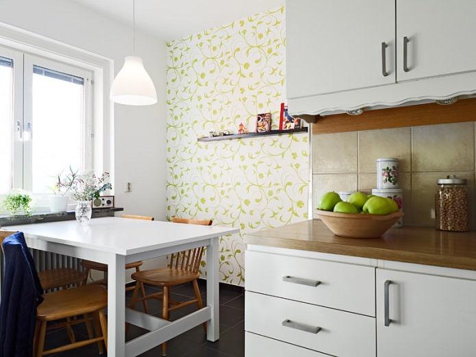 Бело-зеленые обои с растительным орнаментом в дизайне кухни