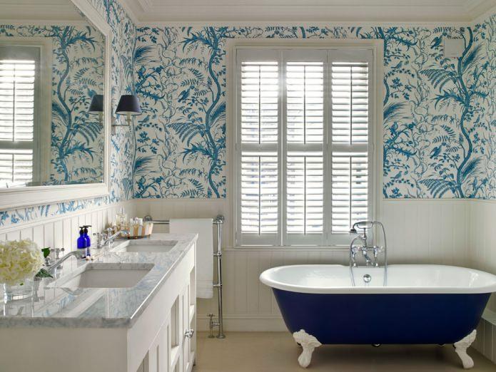 сочетание обоев и панелей в ванной