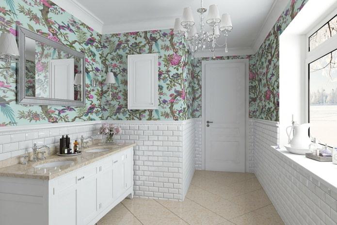 комбинирование пастельных обоев с ярким рисунком и декоративным кирпичом в ванной