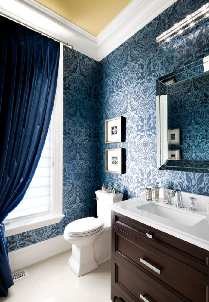 синие обои в ванной комнате