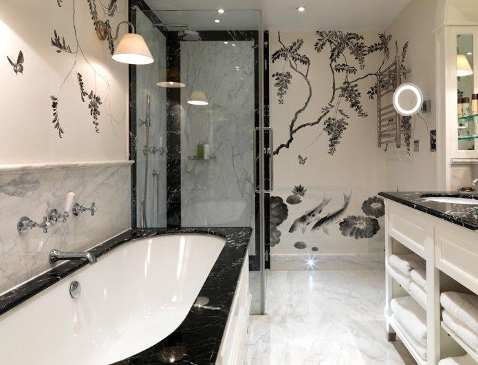 черно-белые обои с рисунком в ванной
