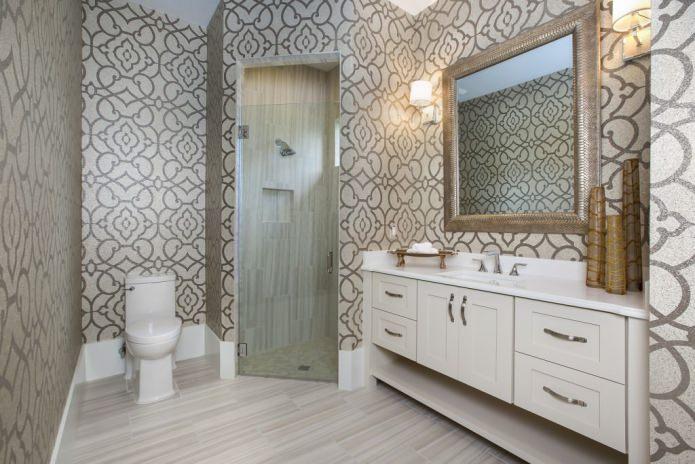 обои с орнаментом в ванной