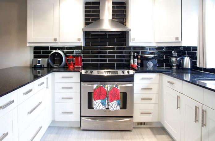 Дизайн белой кухни с черной столешницей: 80 лучших идей, фото в интерьере - 51