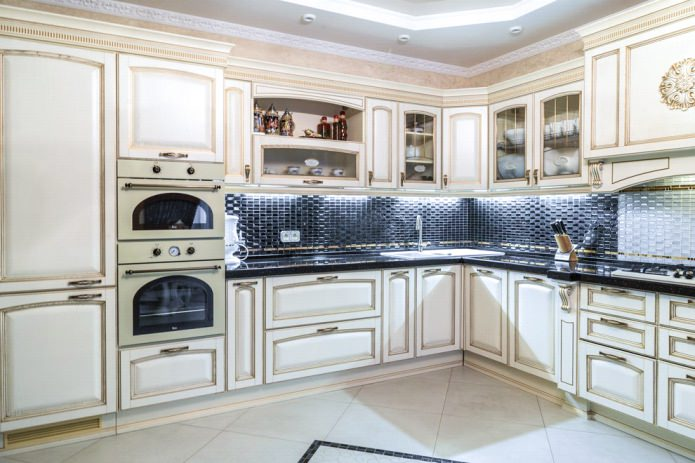 Дизайн белой кухни с черной столешницей: 80 лучших идей, фото в интерьере - 25