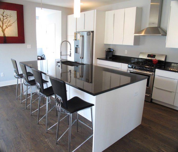 Дизайн белой кухни с черной столешницей: 80 лучших идей, фото в интерьере - 26