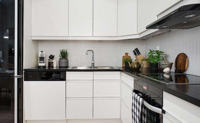 Дизайн белой кухни с черной столешницей: 80 лучших идей, фото в интерьере - 42