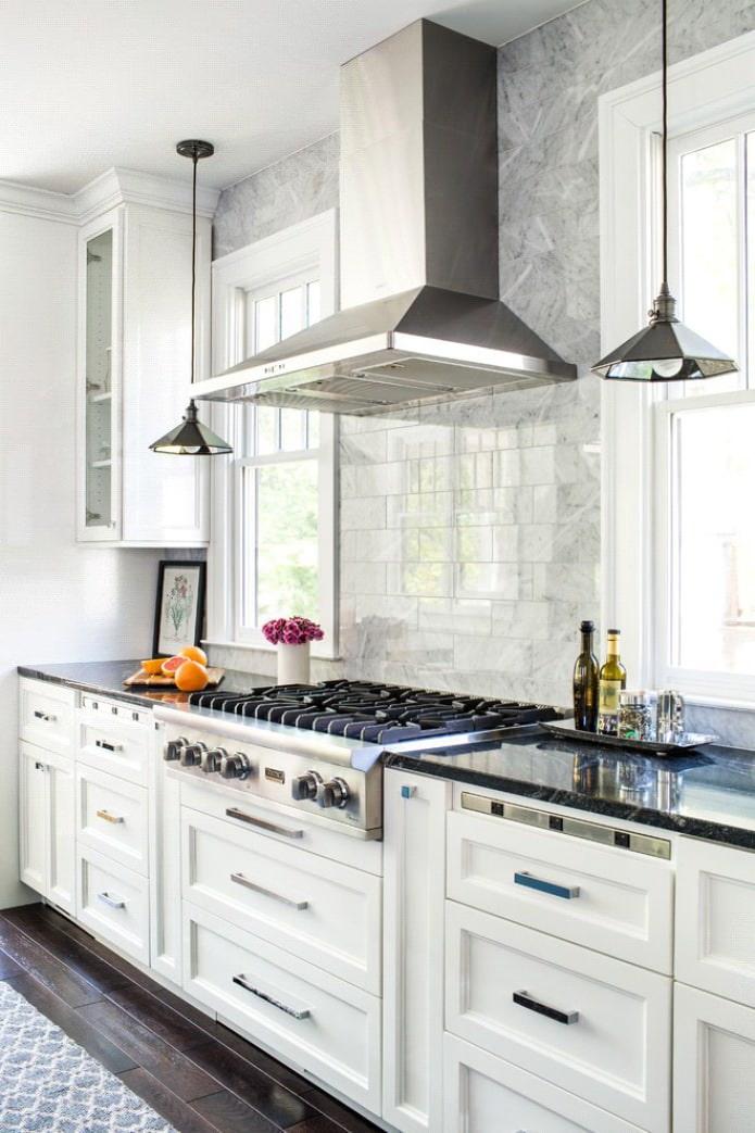 Дизайн белой кухни с черной столешницей: 80 лучших идей, фото в интерьере - 30
