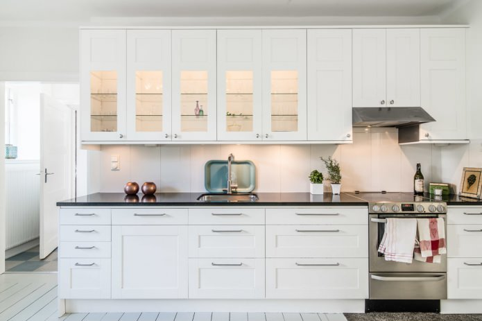 Дизайн белой кухни с черной столешницей: 80 лучших идей, фото в интерьере - 21