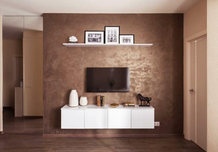 коричневая штукатурка на стене у телевизора
