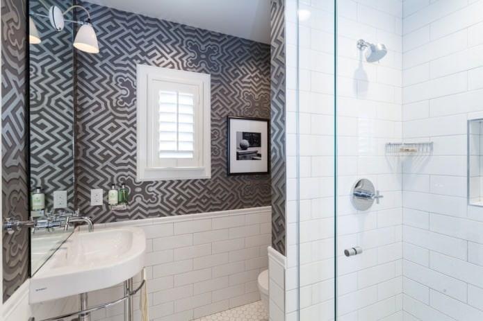 серые обои с орнаментом в ванной