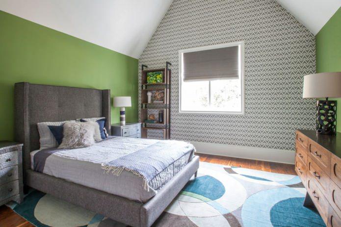 бело-серые обои и зеленые стены в спальне