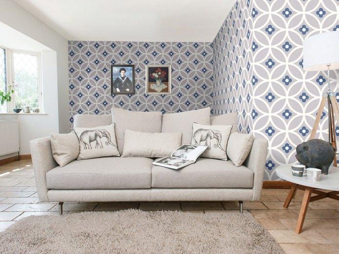 интерьер гостиной в современном стиле с серо-бело-синими узорчатыми обоями