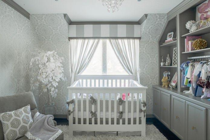 Серые обои в детской для новорожденного