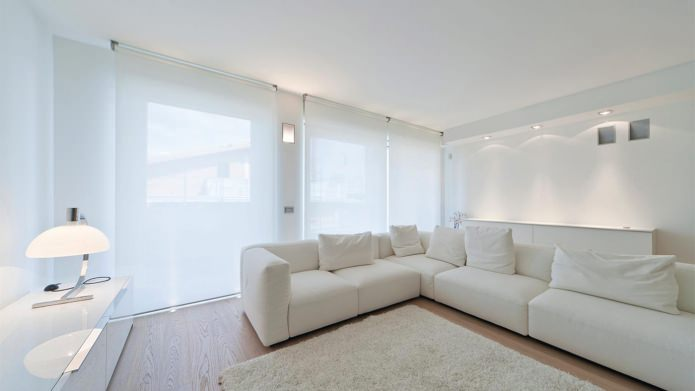 рулонные шторы в интерьере белой гостиной