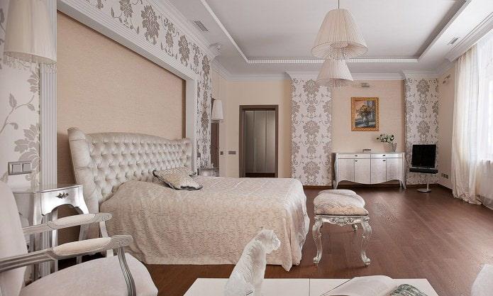 Бежевые стены с обоями и покраской в спальне