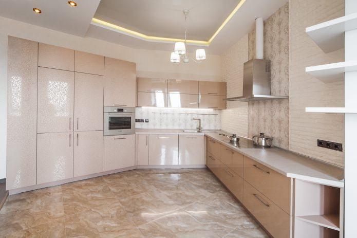 Бежево-белый потолок на кухне