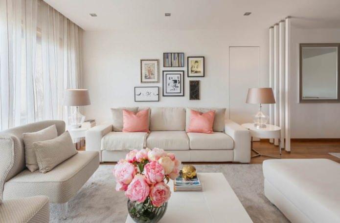 Бежево-розовый интерьер гостиной