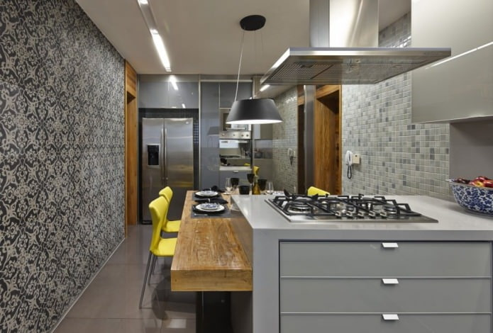 Серые обои с рисунком в интерьере современной кухни