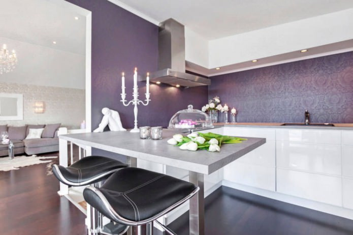 фиолетовые обои в кухне