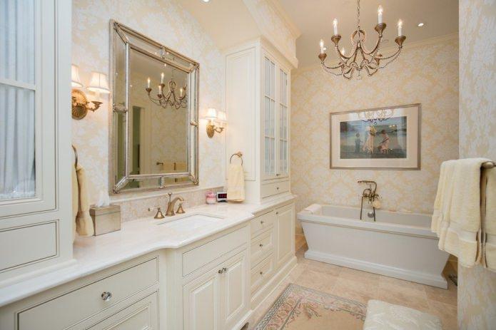 обои с орнаментом в классической ванной