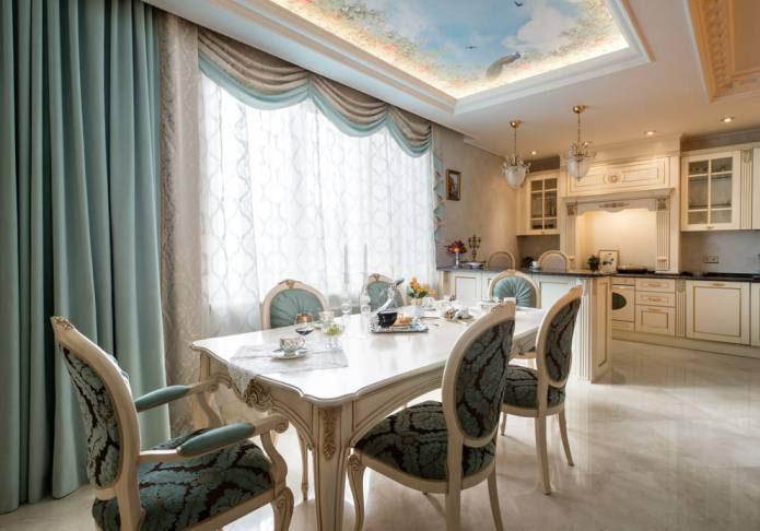 светлое напольное покрытие в классическом интерьере кухни
