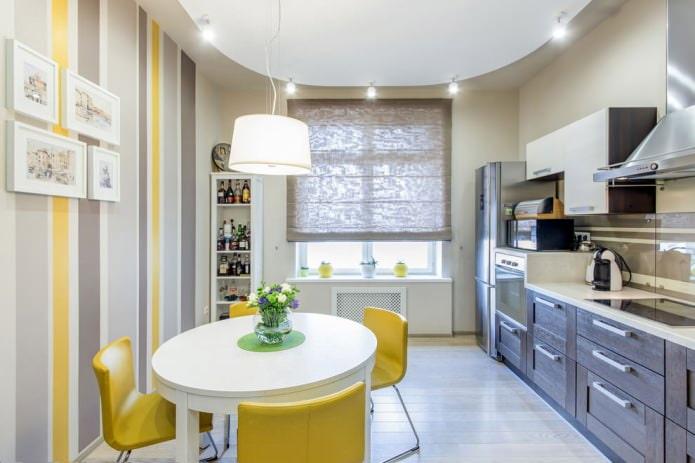 Серо-желтые обои в полоску в интерьере кухни