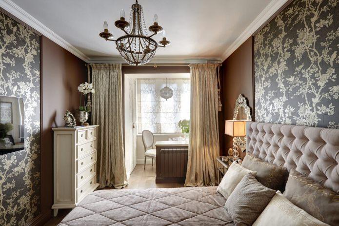 Коричневые стены с комбинируемыми обоями в полоску в спальне