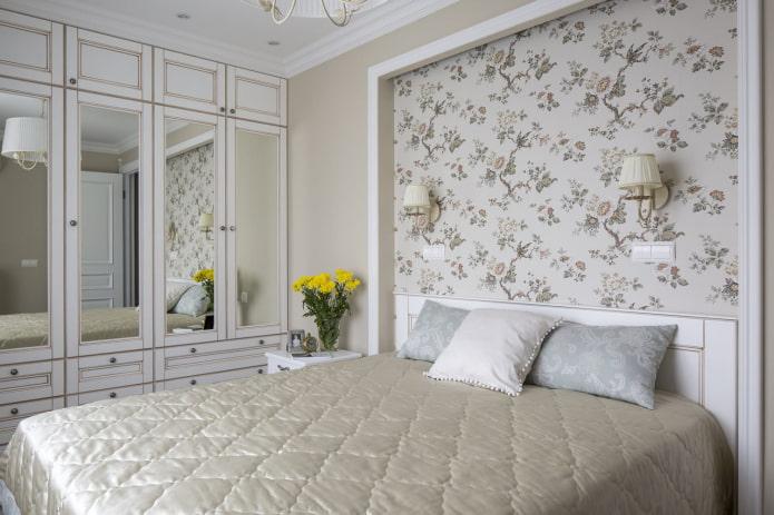 Спальня с нишей в стене, оформленная обоями