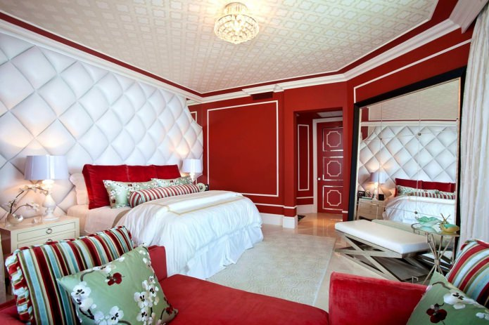 белые 3Д-панели с красными стенами в спальне