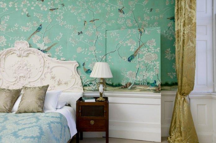 Зеленые стены в спальне с обоями