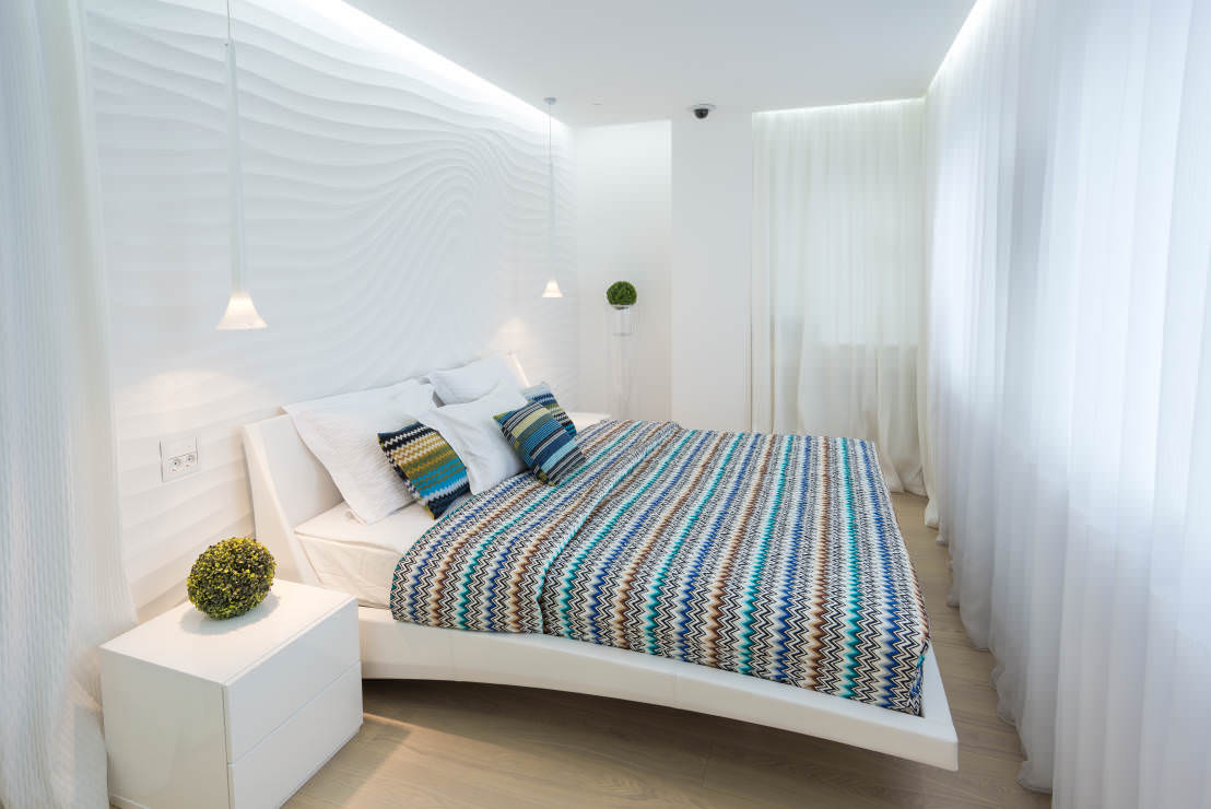 белые 3Д-панели на стене в спальне