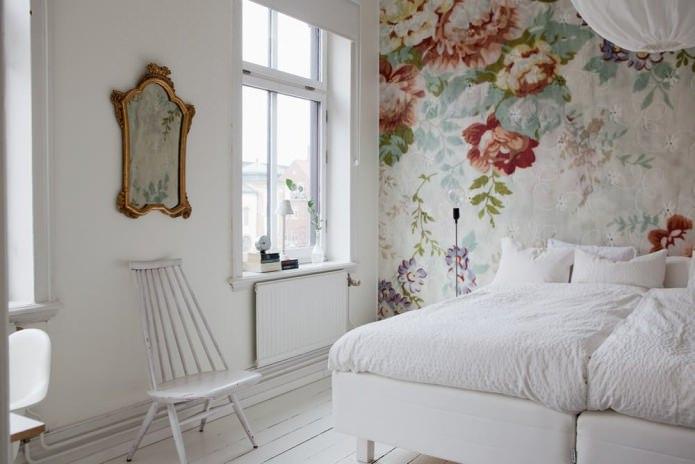 Роспись стен в спальне (цветы)