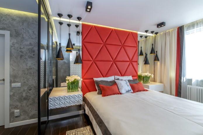 Мягкая красная стена в спальне