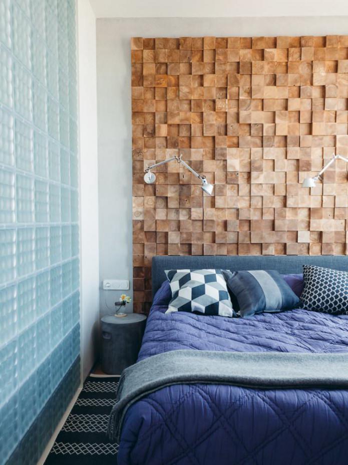 Современная спальня с деревянной стеной