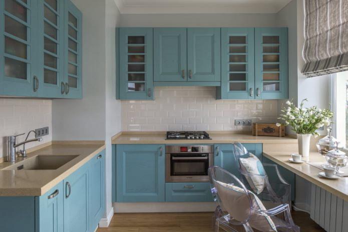 кухня с голубым гарнитуром
