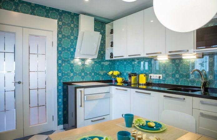 кухня с голубыми обоями
