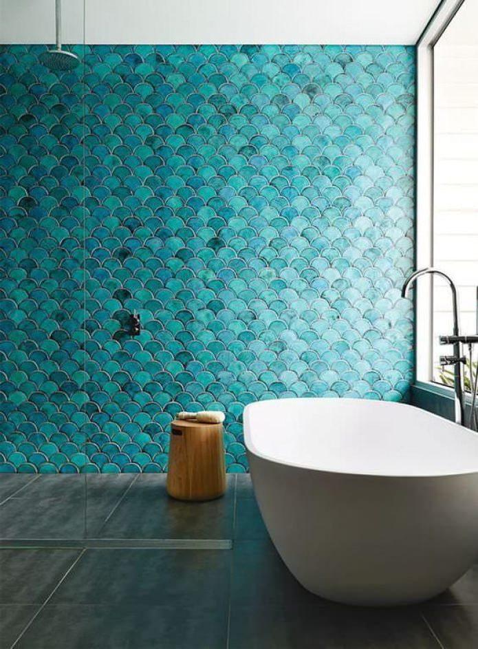 ванная с акцентной голубой стеной