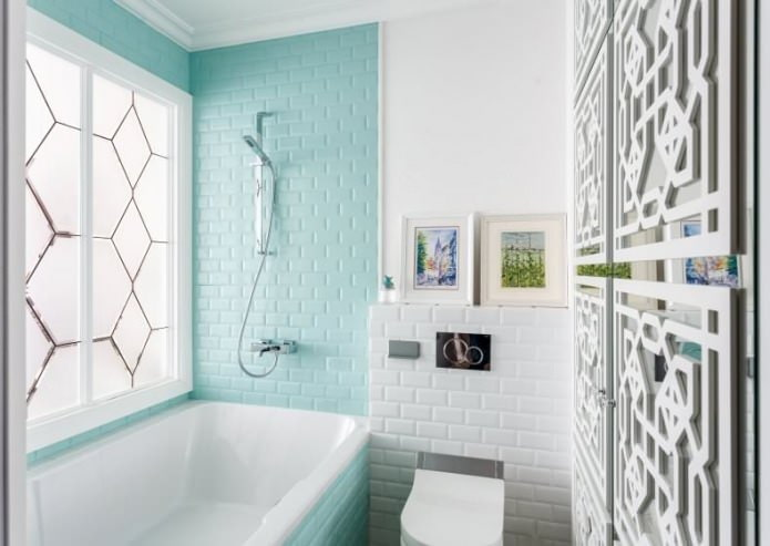 кирпичная голубая стена в ванной
