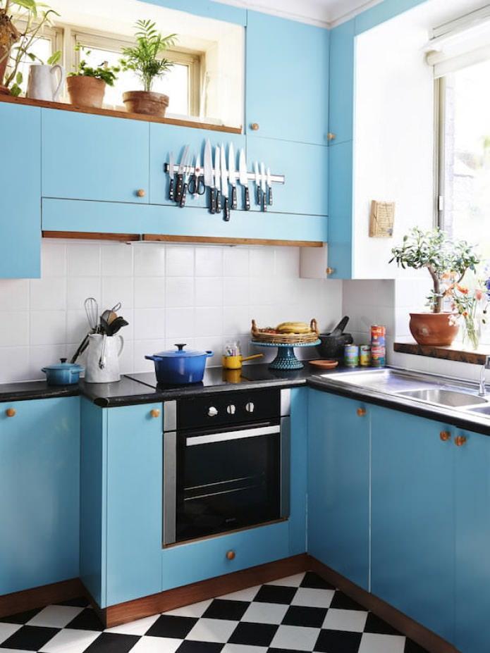 гарнитур голубого цвета в интерьере кухни