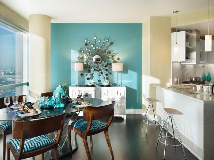 Желтый и голубой в интерьере кухни-столовой с оригинальным зеркалом