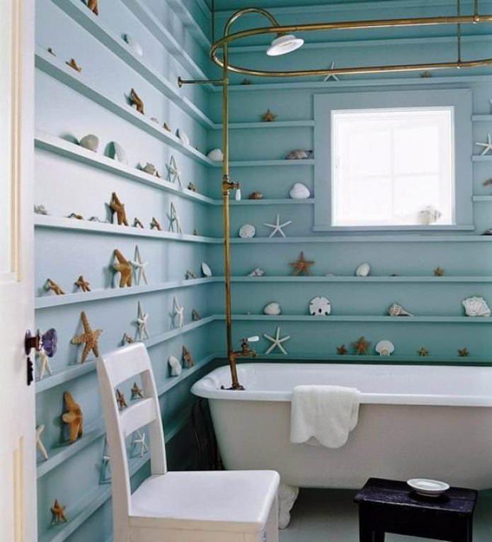 голубые стены с полками в ванной