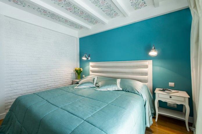 голубая акцентная стена в спальне