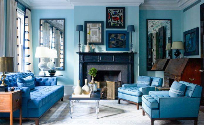 Сине-голубой интерьер гостиной с камином