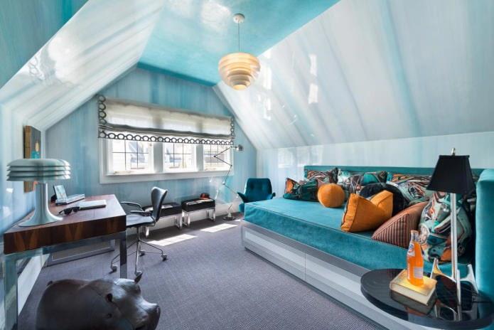 интерьер мансардной комнаты в голубых тонах