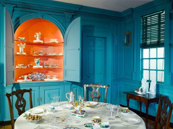 Оранжево-голубой интерьер кухни в классическом стиле