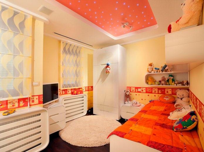 бело-оранжевый натяжной потолок в детской комнате