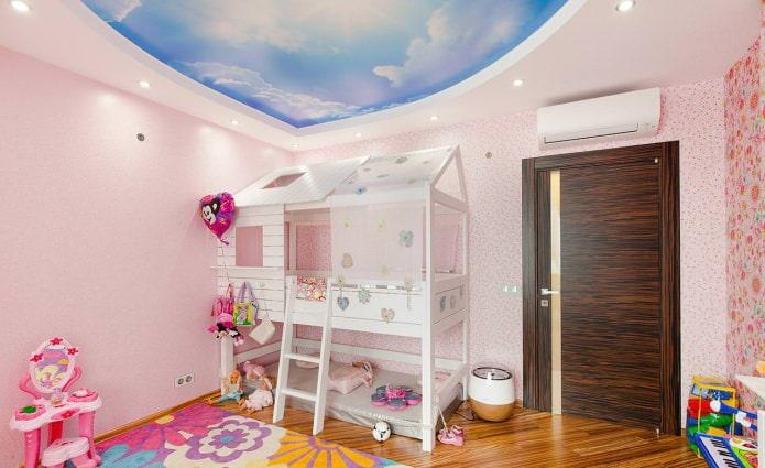 деревянная межкомнатная дверь в интерьере детской