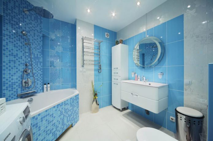 Бело-голубой интерьер ванной