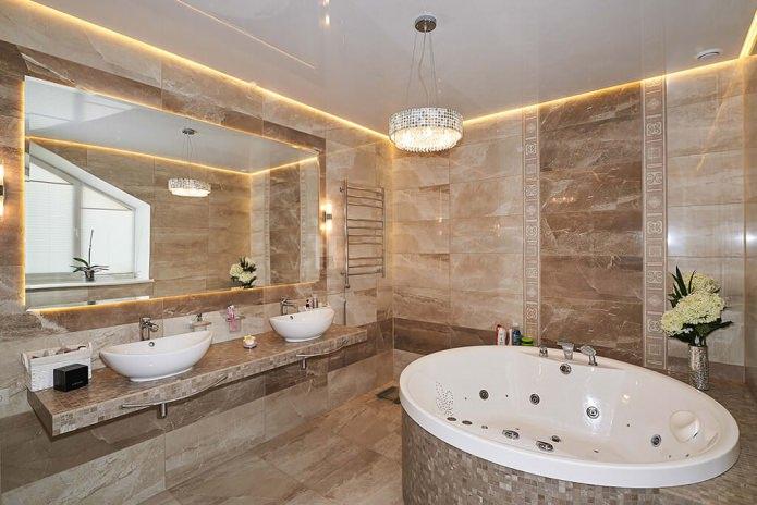 ванная с люстрой